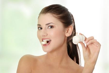 Женщина с чесноком во рту