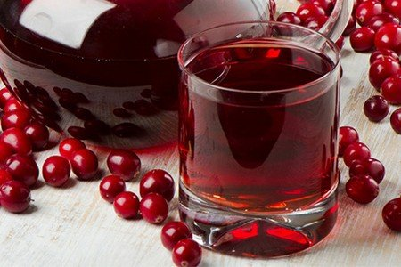 Стакан клюквенного сока и клюква