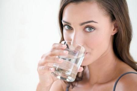 Женщина пьет воду