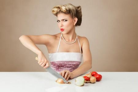 Женщина нарезает лук