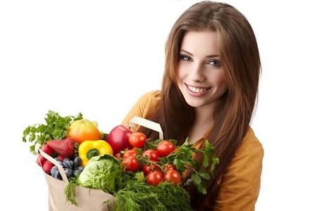 Женщина с пакетом овощей и фруктов