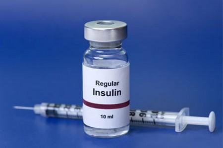 Баночка с инсулином и шприц