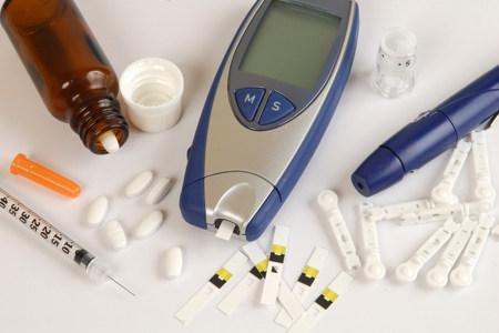 Таблетки, глюкометр, шприц