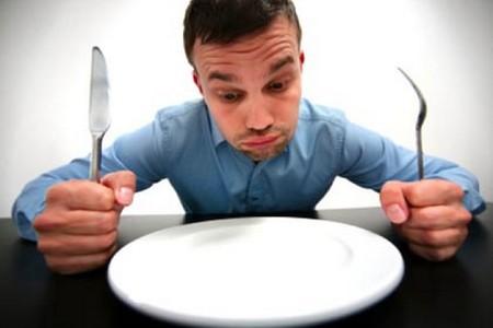 Мужчина перед пустой тарелкой