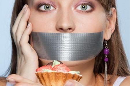 Женщина с заклеенным ртом