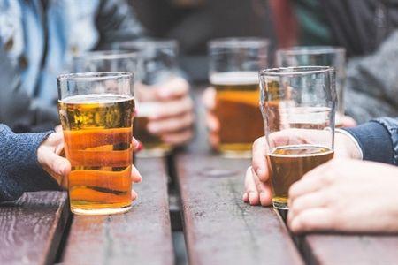 компания людей пьет пиво