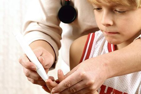 врач прокалывает палец мальчику