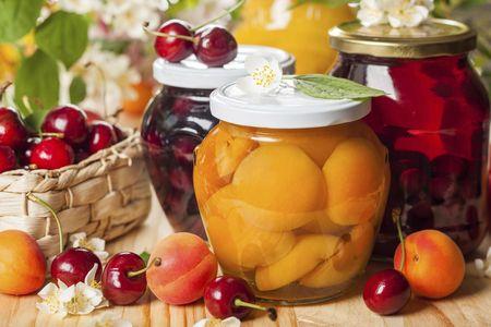 варенье в банках из абрикосов и вишни