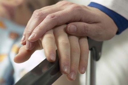 врач поддерживает больного