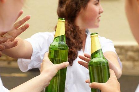 девушка отказывается от пива