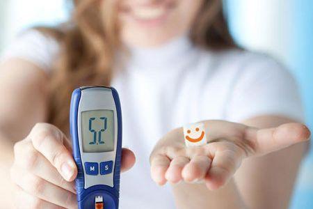 девушка с аппаратом для измерения сахара в крови