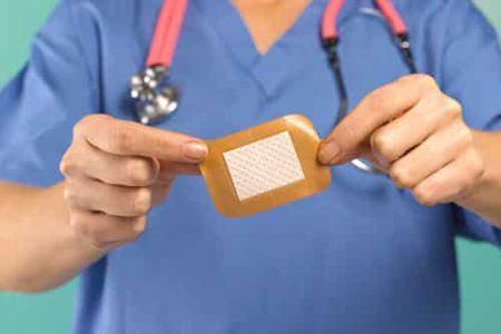 пластырь в руке у врача